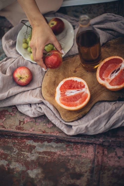 Урожай женщина, имеющая свежие здоровые закуски