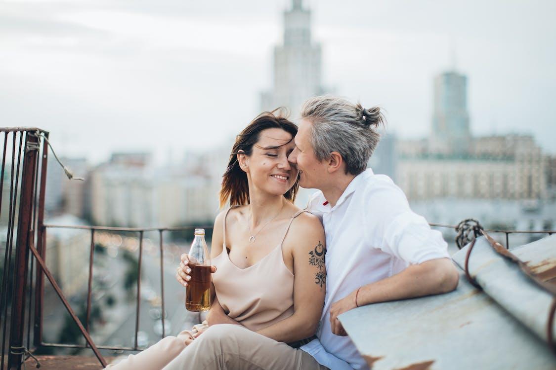 Lächelndes Paar, Das Datum Auf Dach Genießt