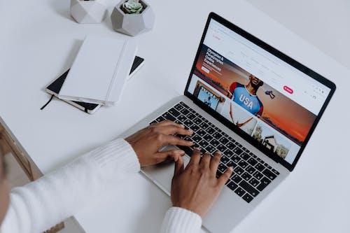 Foto profissional grátis de afro-americano, airbnb, aparelho eletrônico