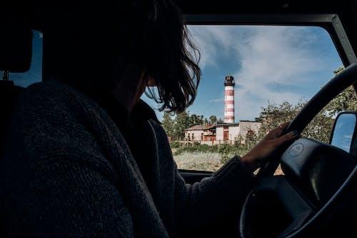 Kobieta W Czarnej Kurtce Siedzi Na Foteliku Samochodowym