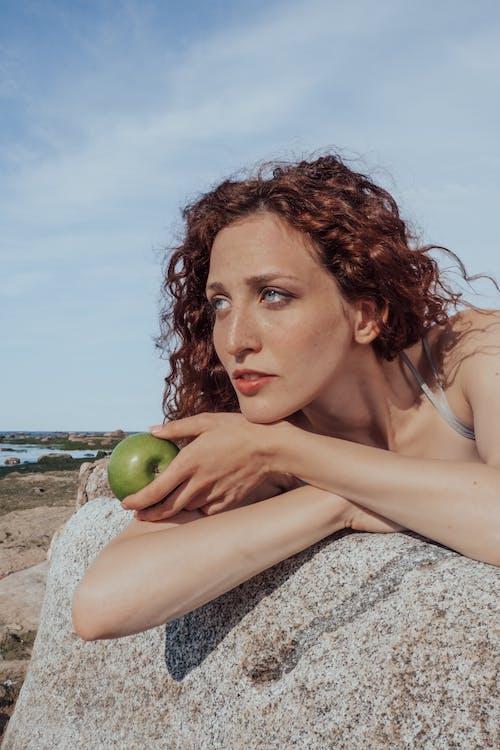 Người Phụ Nữ Mặc áo Tăng Trắng Nằm Trên Bãi Cát