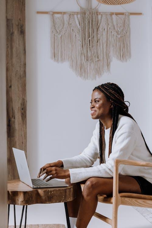 Foto profissional grátis de afro-americano, ambiente de trabalho, aparelho eletrônico