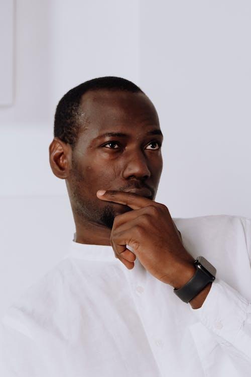 Kostenloses Stock Foto zu afroamerikaner, apple watch, büro