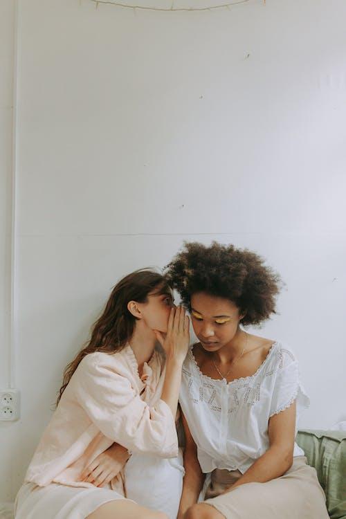 Gratis arkivbilde med afrikansk amerikansk jente, afrikansk jente, afrikansk-amerikanske kvinner, alpehytte
