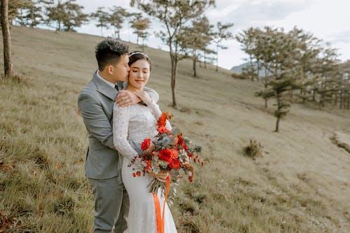 Ingyenes stockfotó ajándék, átkarolás, ázsiai pár, bemutat témában