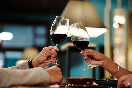 2 Personas Sosteniendo Copas De Vino