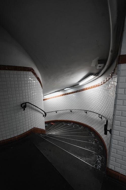 白と茶色のらせん階段