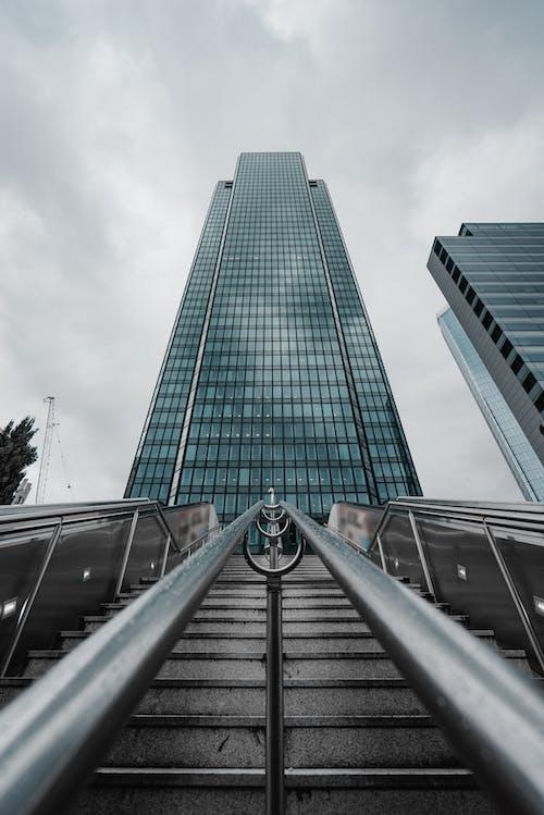 Yüksek Binanın Düşük Açılı Fotoğrafçılığı