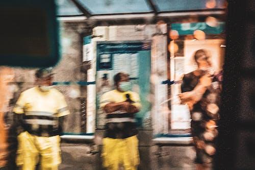 Kostenloses Stock Foto zu autobusse, lluvia, parada de autobús, trabajadores