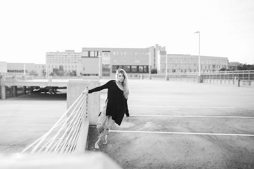 Fotos de stock gratuitas de actitud, blanco y negro, desgaste, Moda