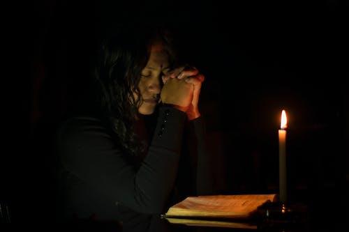 Foto profissional grátis de adorar, alumbrado por velas, chama