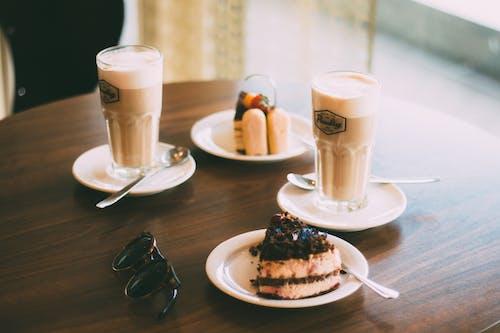 Kostenloses Stock Foto zu café, cappuccino, dämmerung, drinnen