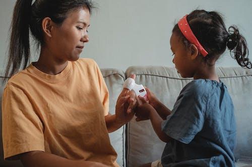 Азиатская мать и дочь играют в доктора