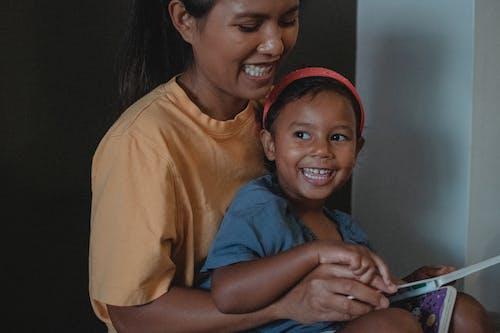Gelukkige Aziatische Moeder En Dochter Die Pret Hebben Tijdens Het Lezen Van Boek