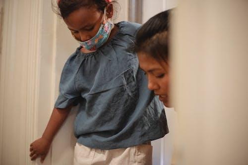 Gewas Aziatische Vrouw Die Dochter Helpt Om Schoenen Aan Te Trekken