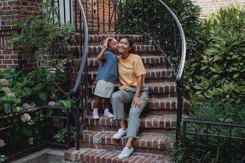 Vrolijke Aziatische Moeder En Dochter Op Trap