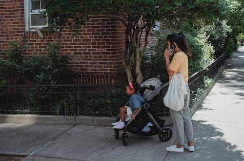 Aziatische Vrouw Op Straat Met Dochter In Kinderwagen