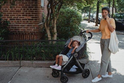 Aziatische Moeder En Dochter In Koets