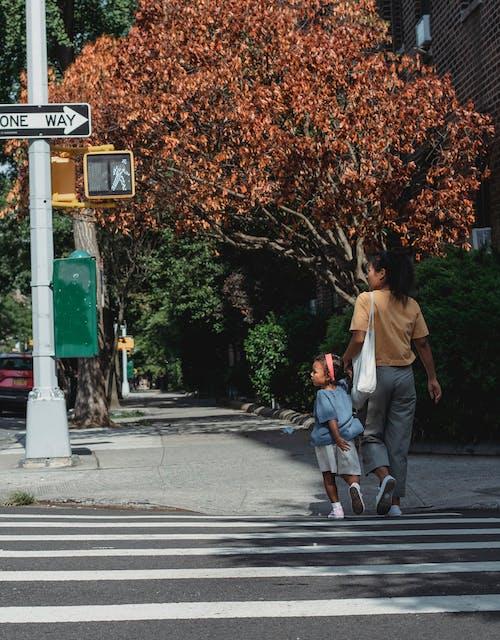 Femme Et Fille Ethniques Méconnaissables Traversant La Route