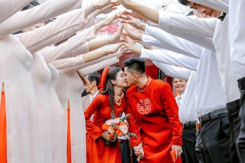 Kostenloses Stock Foto zu anzug, asiatisches paar, beziehung