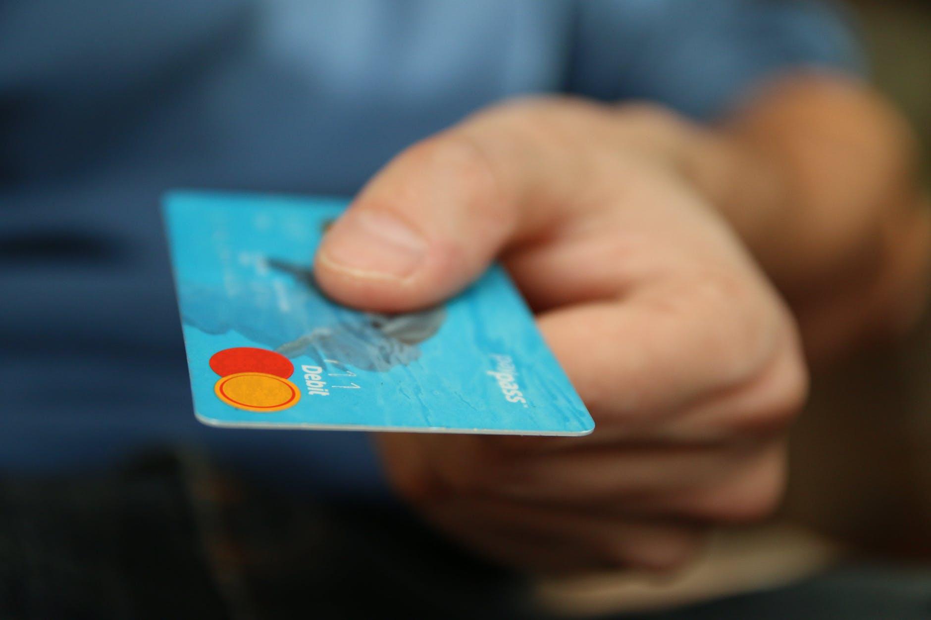 adelantar dinero seguro medico
