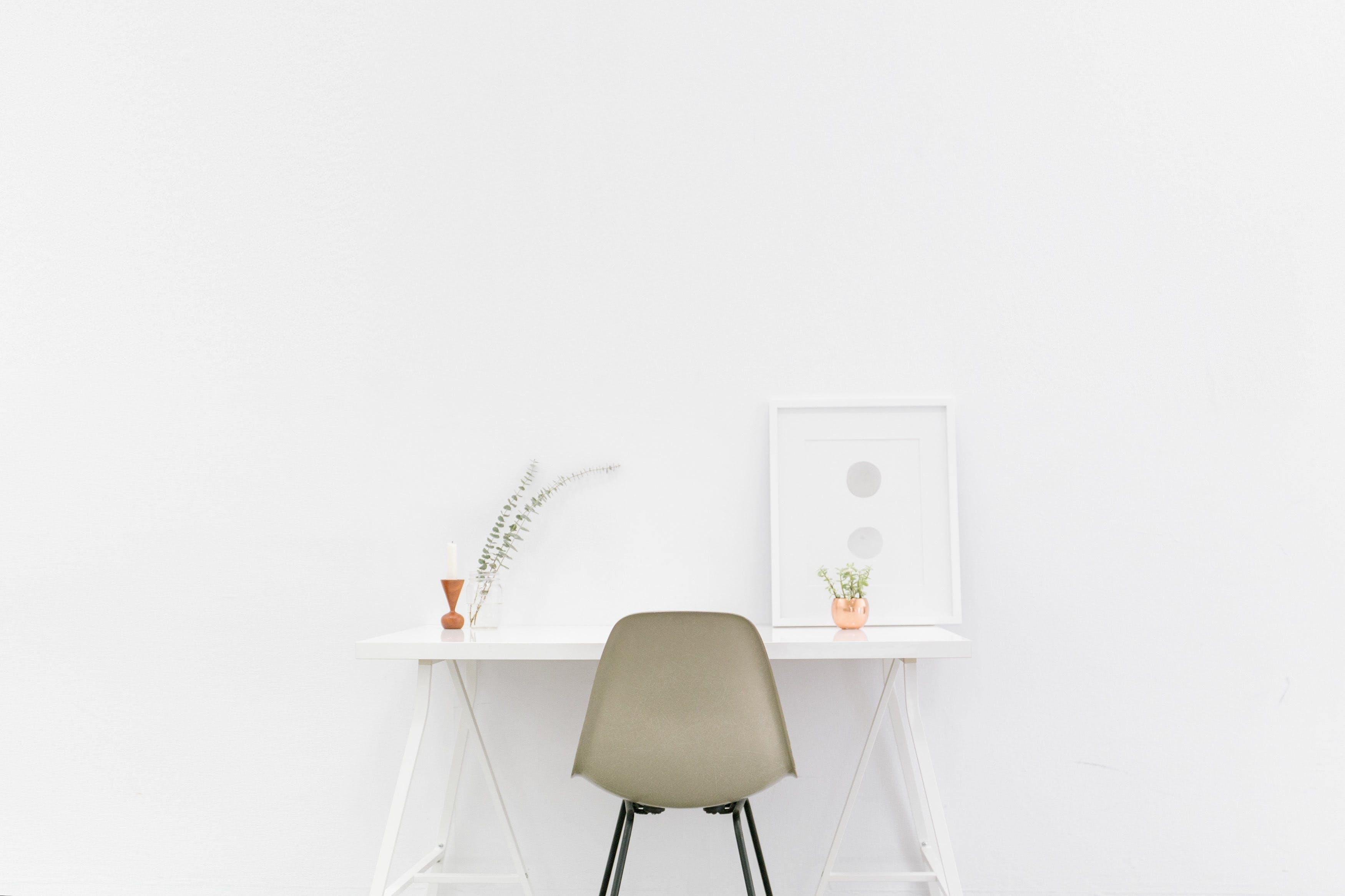 Kostenloses Stock Foto zu licht, schreibtisch, mauer, tisch