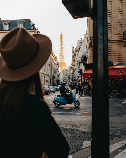 骑着摩托车的棕色牛仔帽的女人