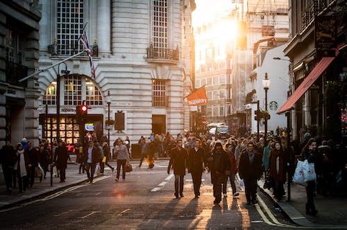 거리, 건물, 걷고 있는, 도로의 무료 스톡 사진