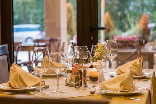 fine dining, masa düzeni, restoran, Şarap kadehleri içeren Ücretsiz stok fotoğraf