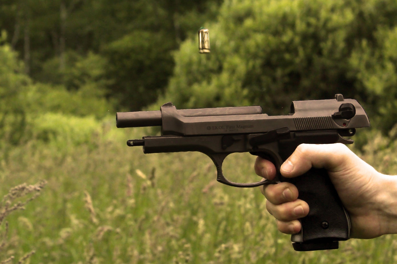 Kostenloses Stock Foto zu hand, gras, schießen, waffe