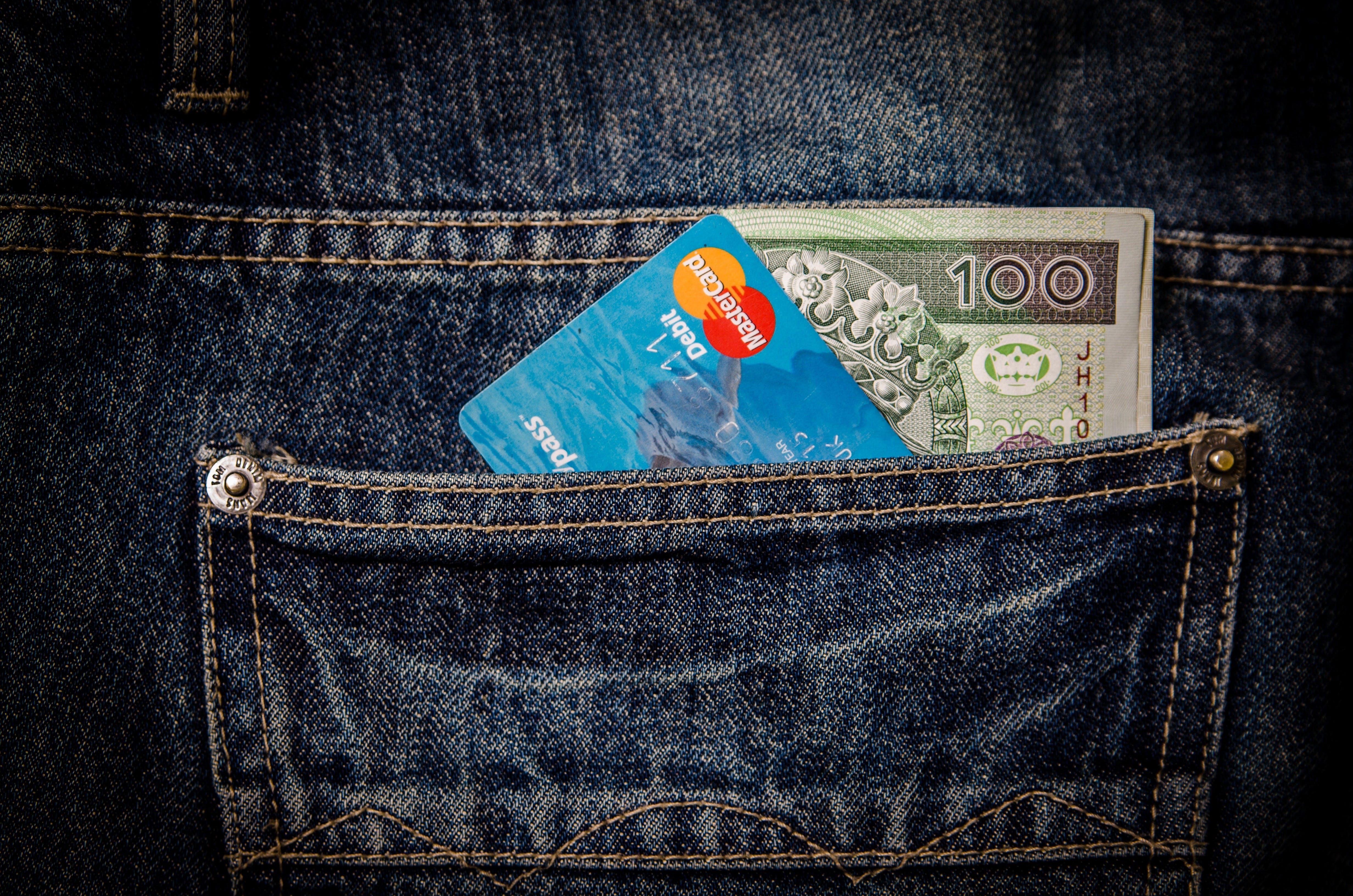 Kostenloses Stock Foto zu debitkarte, denim, geld, jeans