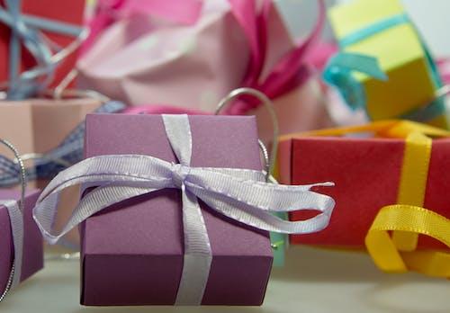 Δωρεάν στοκ φωτογραφιών με δώρα, έκπληξη, κορδέλες, παρουσιάζω
