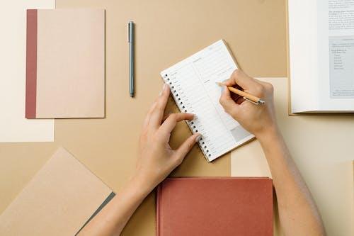 Orang Yang Menulis Di Buku Putih