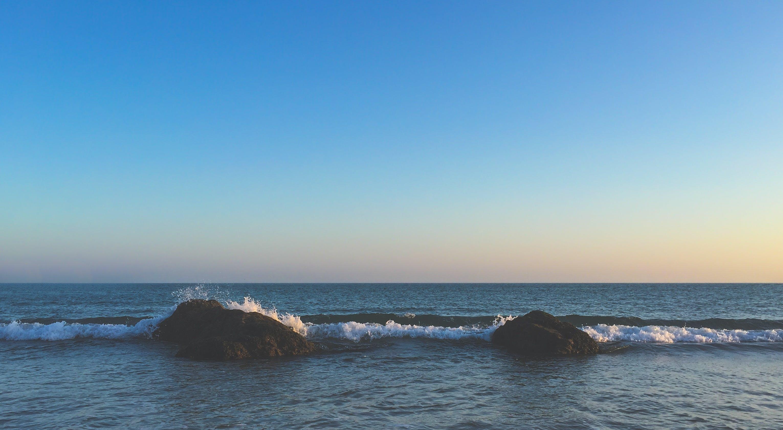 Безкоштовне стокове фото на тему «берег моря, горизонт, камені, махати»