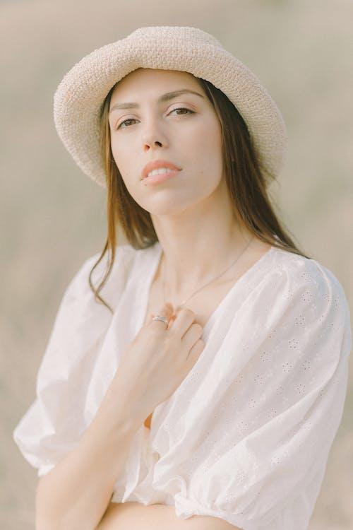 Fotobanka sbezplatnými fotkami na tému biele šaty košele, klobúk, krásna