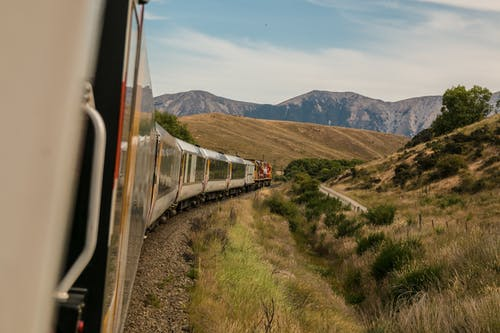 Foto profissional grátis de carro, colina, estrada de ferro, ferrovia