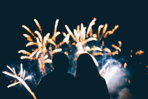 Silhueta De Homem E Mulher Em Frente A Fogos De Artifício