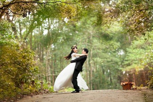 ağaçlar, Aşk, çift, damat içeren Ücretsiz stok fotoğraf