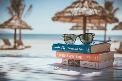 Gratis arkivbilde med avslapping, briller, bøker, ferie