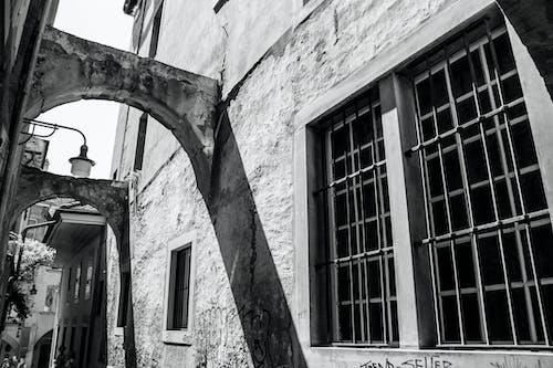 Darmowe zdjęcie z galerii z budynek, czarno-biały, droga