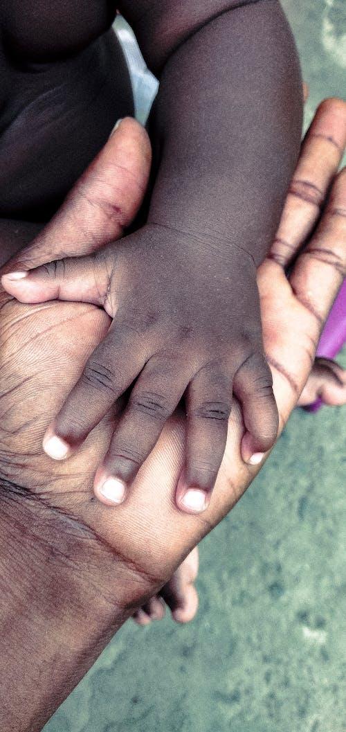 Darmowe zdjęcie z galerii z criança africana, crianças, filhos, pai e filha