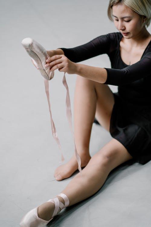 Cortar Bailarina Sentada No Chão Calçando Sapatilha