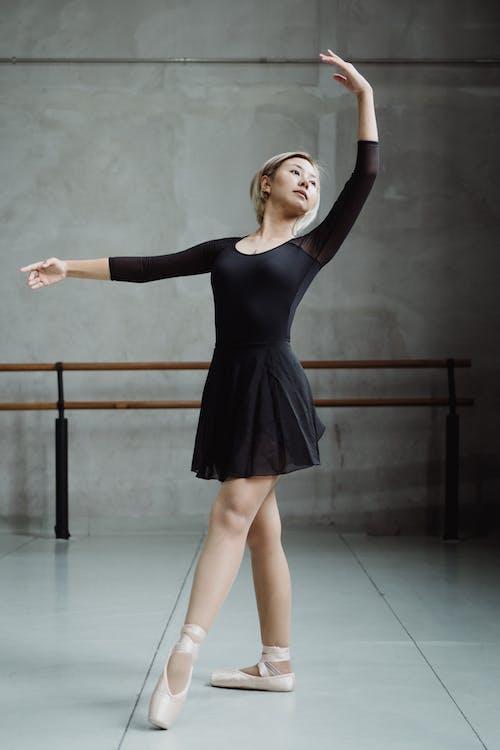 Ballerine Asiatique Dansant Dans Un Studio Spacieux