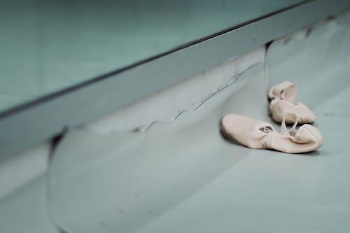 Sapatilhas Colocadas No Chão Da Sala De Dança