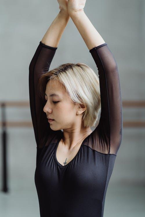 Segura Mujer étnica Practicando Danza En Estudio