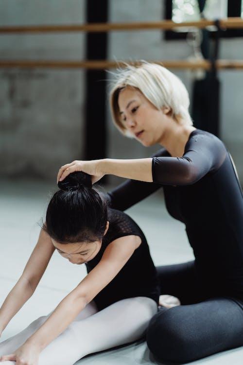 Centrado Joven Bailarina étnica Ayudando A La Niña Durante El Entrenamiento