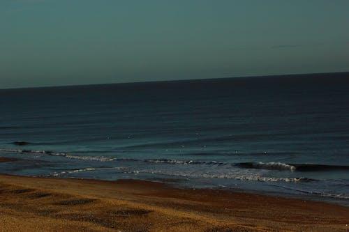 Darmowe zdjęcie z galerii z fale, plaża, rozbijające się fale, zachód słońca