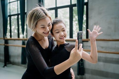 Bailarinas Asiáticas Alegres Tirando Selfie No Smartphone Em Estúdio