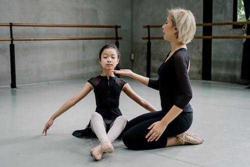 芭蕾舞課上的專業芭蕾舞教練支持女孩