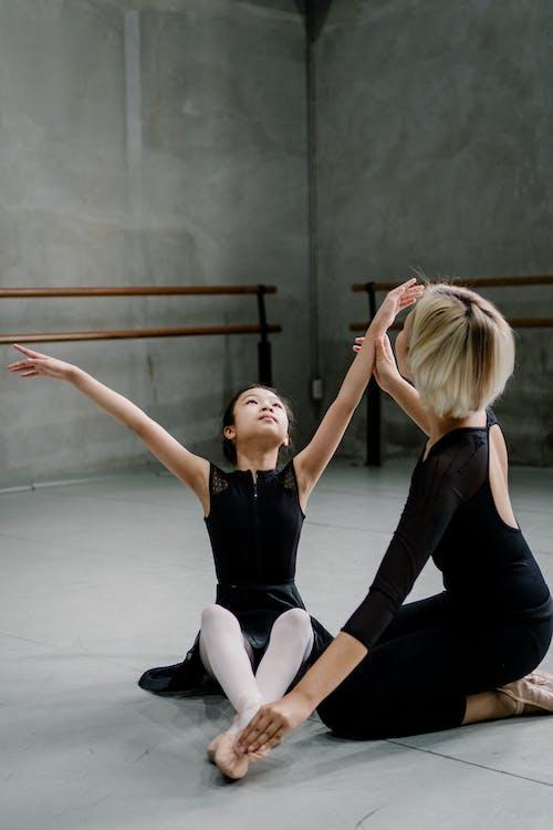 女芭蕾舞教練教女孩表演動作